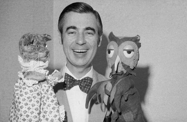 53-49302-mister-rogers-with-owl-and-cat-puppets-1528306507.jpg